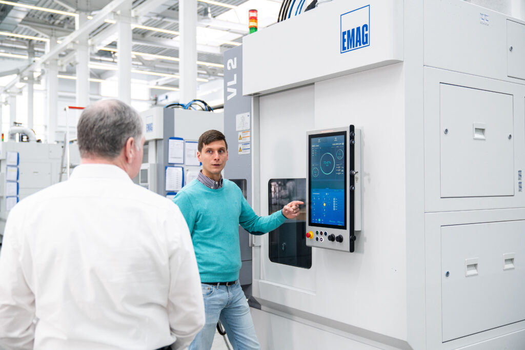 Peter Strohm, Business Development Lead IoT, presents the new EDNA HMI operating panel for the control of vertical lathes to Klaus Fischer, MAT Plant Manager